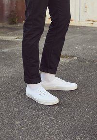 Vans - AUTHENTIC - Sneakersy niskie - true white - 4