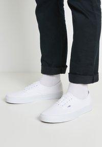 Vans - AUTHENTIC - Sneakersy niskie - true white - 0