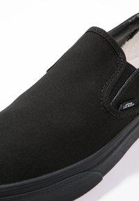 Vans - CLASSIC SLIP-ON - Loaferit/pistokkaat - black - 5