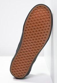 Vans - CLASSIC SLIP-ON - Loaferit/pistokkaat - black - 4