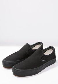 Vans - CLASSIC SLIP-ON - Loaferit/pistokkaat - black - 2