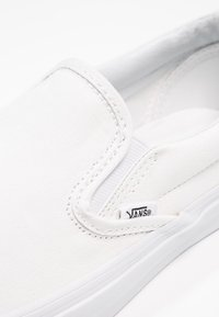Vans - CLASSIC SLIP-ON - Loaferit/pistokkaat - true white - 5