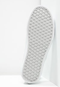Vans - CLASSIC SLIP-ON - Loaferit/pistokkaat - true white - 4