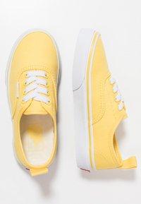 Vans - AUTHENTIC ELASTIC LACE - Slip-ons - aspen gold/true white - 0