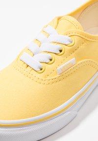 Vans - AUTHENTIC ELASTIC LACE - Slip-ons - aspen gold/true white - 2
