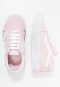 Vans - OLD SKOOL - Sneakers laag - chalk pink/true white - 0