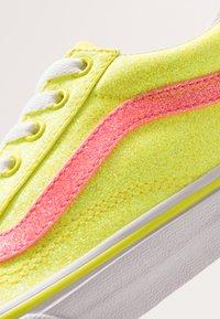 Vans - OLD SKOOL - Zapatillas - neon glitter yellow/true white - 2