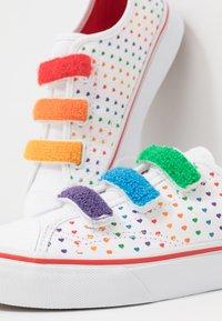 Vans - STYLE 23  - Sneakers laag - rainbow/true white - 6