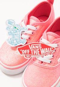 Vans - AUTHENTIC ELASTIC LACE - Slip-ons - neon glitter pink/true white - 6