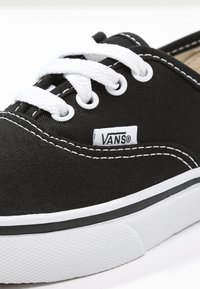 Vans - AUTHENTIC - Sneakersy niskie - black/true white - 5