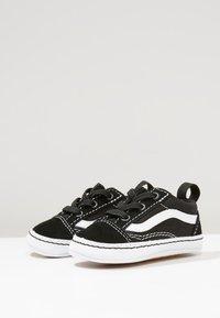 Vans - IN OLD SKOOL CRIB - Chaussons pour bébé - black/true white - 0
