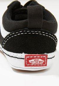 Vans - IN OLD SKOOL CRIB - Chaussons pour bébé - black/true white - 2