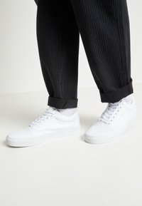 Vans - OLD SKOOL - Skateschoenen - true white - 3
