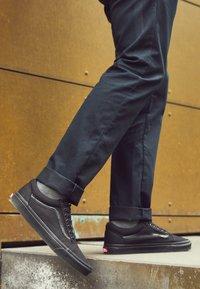 Vans - OLD SKOOL - Zapatillas skate - black - 4
