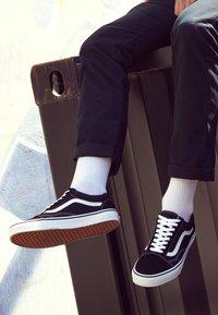 Vans - OLD SKOOL - Skateboardové boty - black - 4