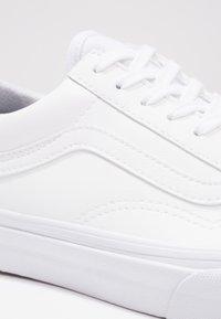 Vans - UA OLD SKOOL - Matalavartiset tennarit - classic tumble true white - 5