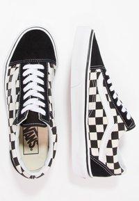 Vans - UA OLD SKOOL - Sneakers basse - black/white - 5