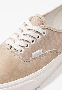 Vans - AUTHENTIC  - Sneakers - humus/blanc - 5
