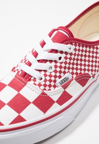 Vans - AUTHENTIC  - Sneakersy niskie - chili pepper/true white - 5