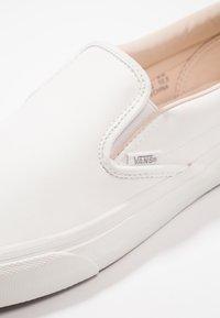 Vans - CLASSIC SLIP-ON  - Mocasines - blanc de blanc - 5
