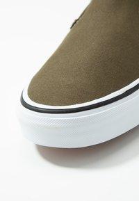 Vans - CLASSIC SLIP-ON  - Slip-ons - beech/true white - 5
