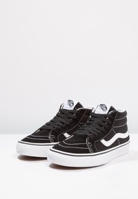 Vans - UA SK8-MID REISSUE - Korkeavartiset tennarit - black/true white - 2