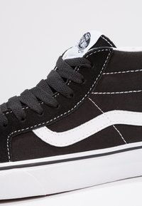 Vans - UA SK8-MID REISSUE - Korkeavartiset tennarit - black/true white - 5