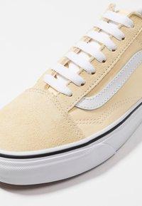 Vans - OLD SKOOL - Trainers - vanilla custard/true white - 5