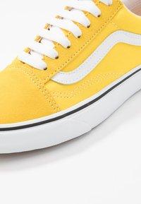 Vans - OLD SKOOL - Sneakers basse - vibrant yellow/true white - 6