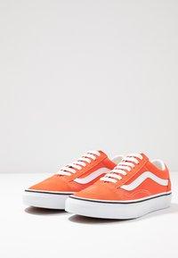 Vans - OLD SKOOL - Sneaker low - emberglow/true white - 2
