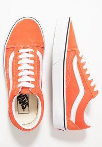 Vans - OLD SKOOL - Sneaker low - emberglow/true white - 1