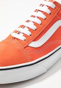 Vans - OLD SKOOL - Sneaker low - emberglow/true white - 5