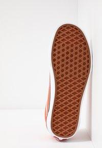 Vans - OLD SKOOL - Sneaker low - emberglow/true white - 4