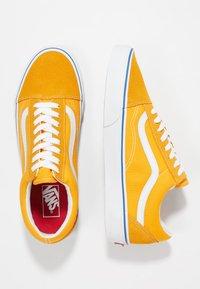 Vans - OLD SKOOL - Sneaker low - zinnia/true white - 1