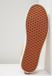 Vans - OLD SKOOL - Sneaker low - zinnia/true white - 4