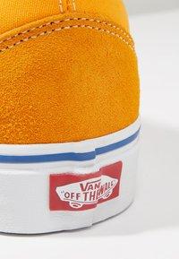 Vans - OLD SKOOL - Sneaker low - zinnia/true white - 5