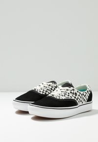 Vans - COMFYCUSH ERA - Obuwie deskorolkowe - black/true white - 2