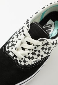 Vans - COMFYCUSH ERA - Obuwie deskorolkowe - black/true white - 5