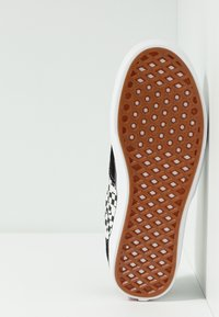 Vans - COMFYCUSH ERA - Obuwie deskorolkowe - black/true white - 4