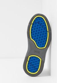 Vans - VARIX WC - Sneakers laag - true white/black - 4