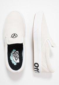 Vans - COMFYCUSH SLIP-ON - Slip-ons - blanc/black - 1