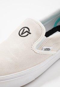 Vans - COMFYCUSH SLIP-ON - Slip-ons - blanc/black - 6