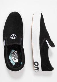Vans - COMFYCUSH SLIP-ON - Loafers - black/true whie - 1