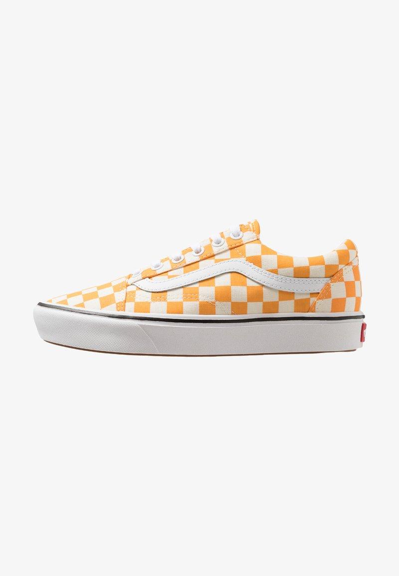 Vans - COMFYCUSH OLD SKOOL - Sneaker low - zinna/true white