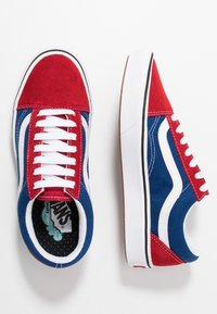 Vans - COMFYCUSH OLD SKOOL - Sneakersy niskie - chili pepper/true blue - 1
