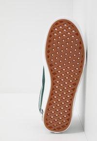 Vans - COMFYCUSH OLD SKOOL - Sneakers laag - trekking green/true white - 4