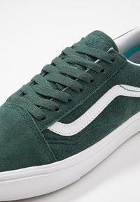 Vans - COMFYCUSH OLD SKOOL - Sneakers basse - trekking green/true white - 6