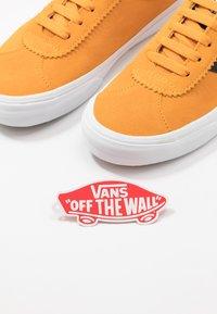 Vans - SPORT - Zapatillas - cadmium yellow/true white - 5