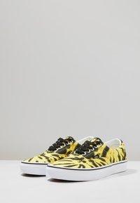 Vans - UA ERA TIE DYE - Skateschuh - blazing yellow/true white - 2