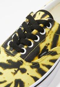 Vans - UA ERA TIE DYE - Skateschuh - blazing yellow/true white - 5